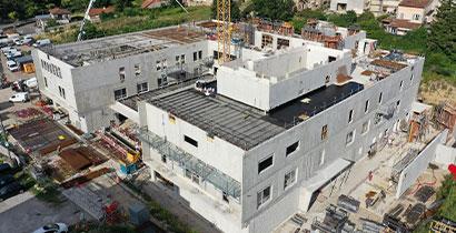La construction de la clinique avance